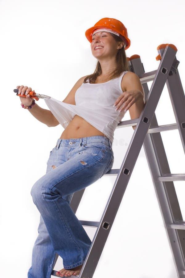 Κορίτσι σε ένα κράνος οικοδόμησης στοκ φωτογραφίες