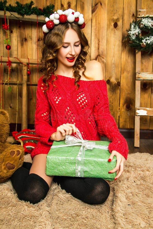 Download Κορίτσι σε ένα κόκκινο δώρο Χριστουγέννων ανοίγματος πουλόβερ νέο έτος έννοιας Στοκ Εικόνες - εικόνα από έτος, παιχνίδια: 62705124
