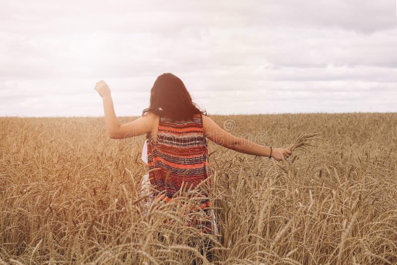 Κορίτσι σε ένα πεδίο στοκ φωτογραφίες με δικαίωμα ελεύθερης χρήσης