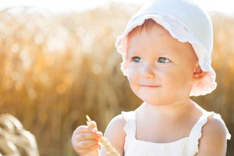 Κορίτσι σε ένα πεδίο σίτου στοκ φωτογραφίες