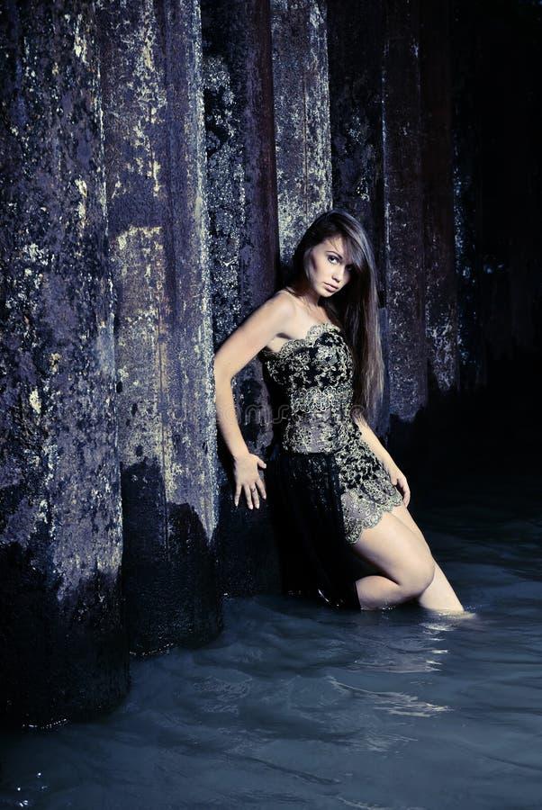 Κορίτσι σε ένα φόρεμα βραδιού στο ύδωρ στοκ εικόνα με δικαίωμα ελεύθερης χρήσης
