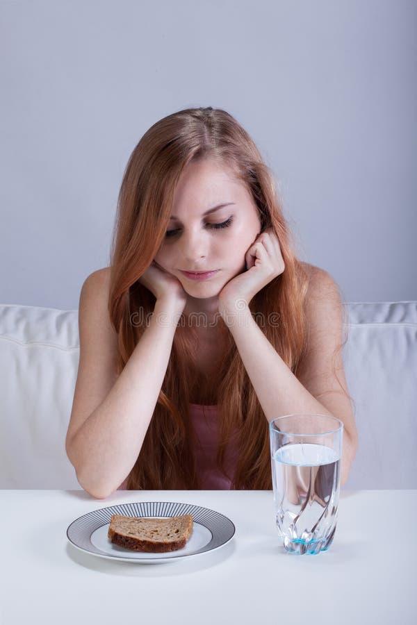 Κορίτσι σε μια διατροφή λιμού στοκ εικόνες