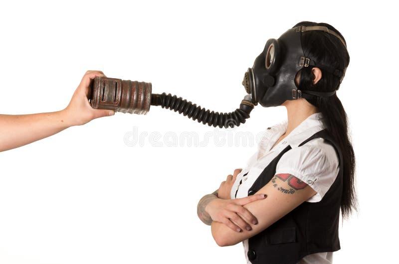 Κορίτσι σε μια μάσκα αερίου. χέρι βοηθείας στοκ φωτογραφίες