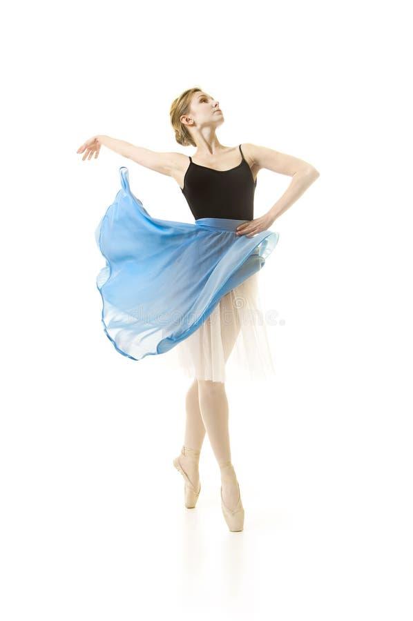 Κορίτσι σε μια μπλε φούστα και ένα μαύρο μπαλέτο χορού leotard στοκ φωτογραφία