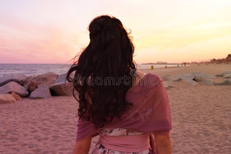 Κορίτσι σε μια παραλία μετά από έναν γάμο στοκ εικόνες με δικαίωμα ελεύθερης χρήσης