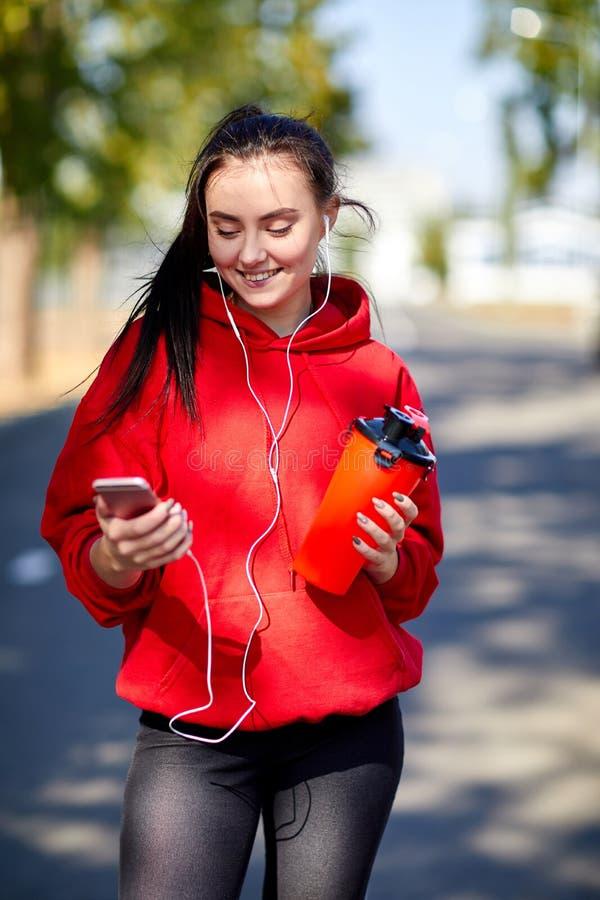 Κορίτσι σε μια προθέρμανση στην οδό στο πάρκο στοκ εικόνες με δικαίωμα ελεύθερης χρήσης
