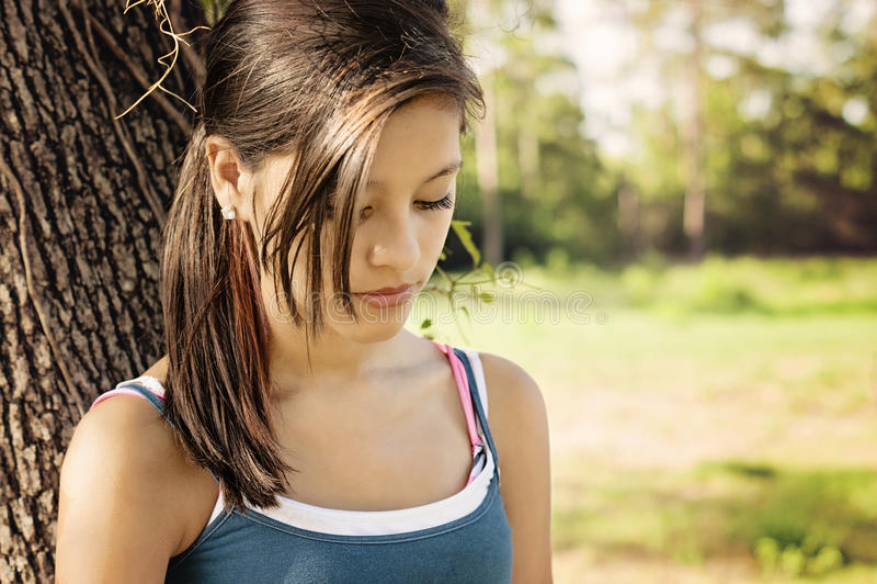 Κορίτσι σε μια σκέψη πάρκων στοκ φωτογραφία με δικαίωμα ελεύθερης χρήσης