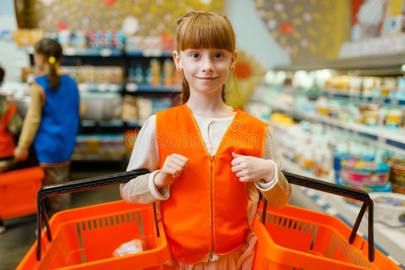 Κορίτσι σε ομοιόμορφο με τα καλάθια στα χέρια, χώρος για παιχνίδη στοκ φωτογραφίες