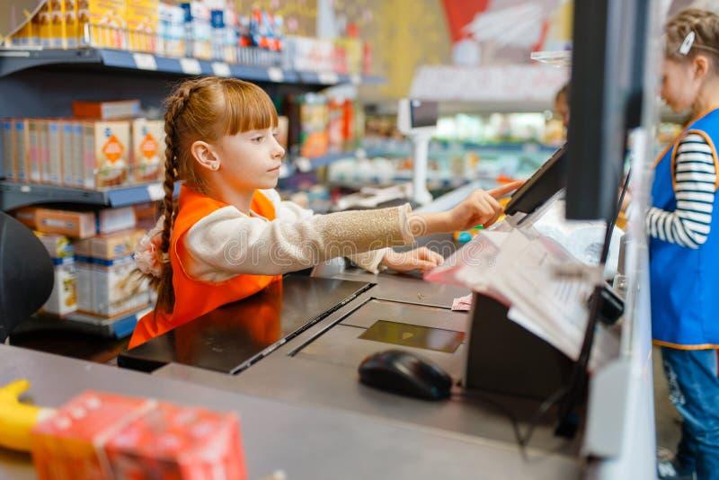 Κορίτσι σε ομοιόμορφο στον κατάλογο μετρητών, χώρος για παιχνίδη στοκ φωτογραφία με δικαίωμα ελεύθερης χρήσης