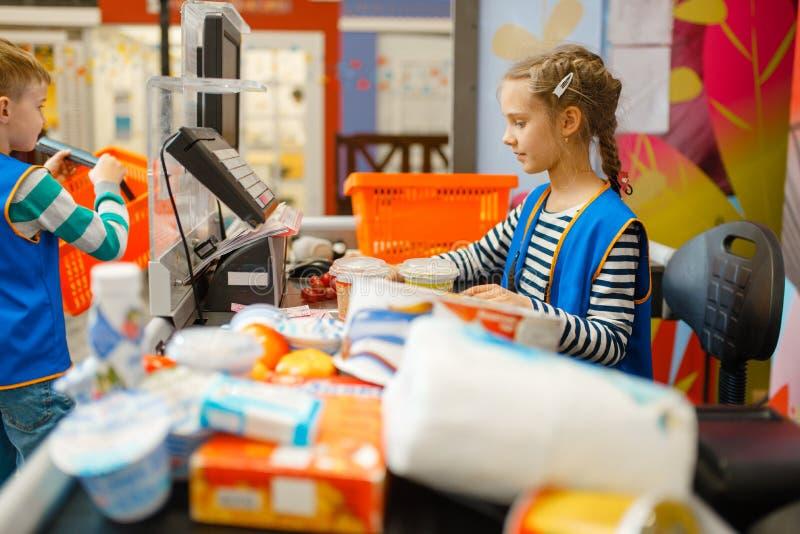 Κορίτσι σε ομοιόμορφο στον κατάλογο μετρητών, χώρος για παιχνίδη στοκ εικόνες με δικαίωμα ελεύθερης χρήσης