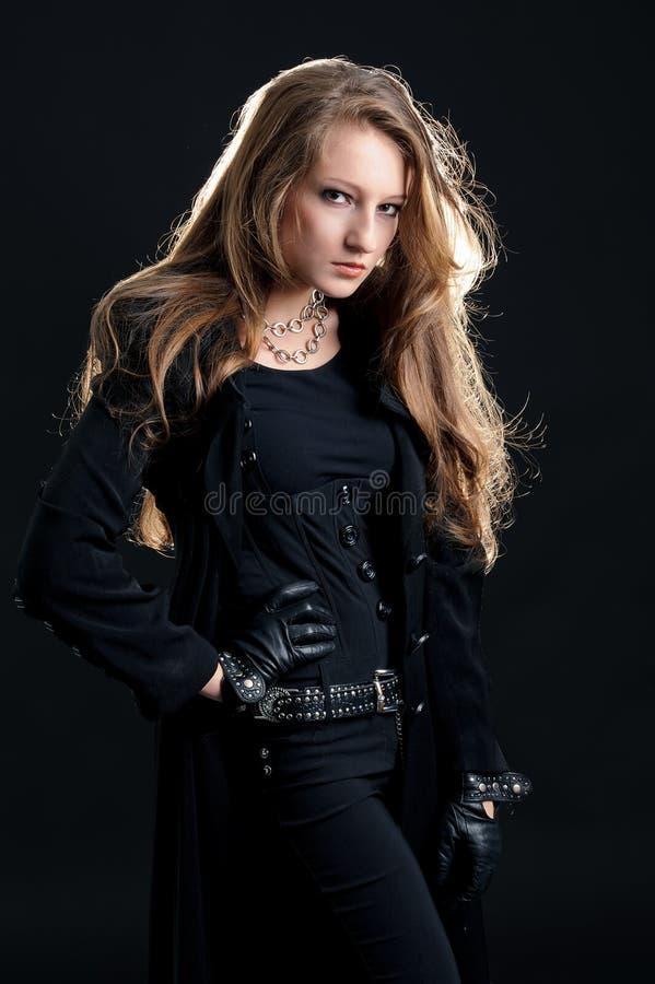 Κορίτσι σκληρός-βράχου μόδας στο μαύρο επενδύτη στοκ εικόνα με δικαίωμα ελεύθερης χρήσης