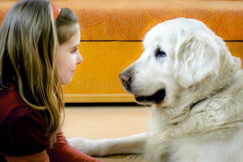 κορίτσι σκυλιών ευτυχές αυτή στοκ εικόνες με δικαίωμα ελεύθερης χρήσης