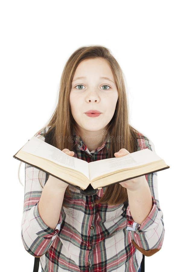 Κορίτσι σπουδαστών εφήβων που κρατά το ανοικτό βιβλίο και που στέλνει ένα φιλί στοκ φωτογραφία με δικαίωμα ελεύθερης χρήσης