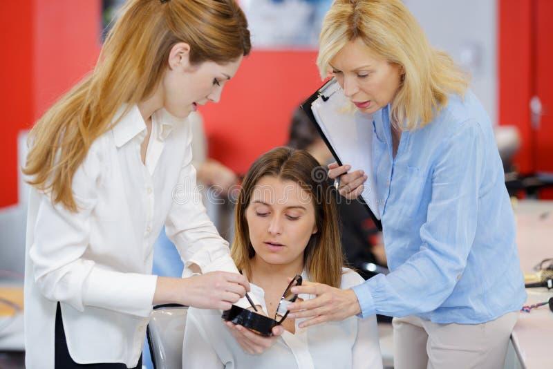 Κορίτσι σπουδαστών κατάρτισης εκπαιδευτικών για να γίνει makeup καλλιτέχνης στοκ εικόνες