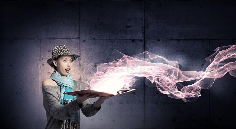 Κορίτσι σπουδαστών με το βιβλίο στα χέρια στοκ εικόνες