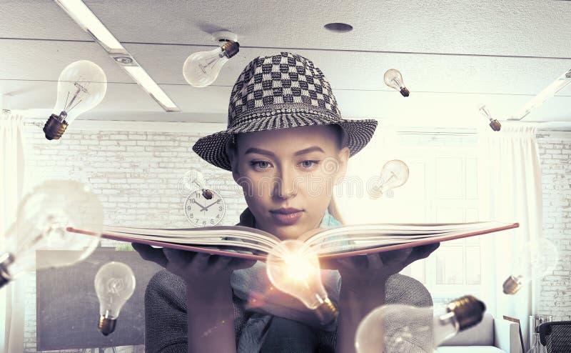 Κορίτσι σπουδαστών με το βιβλίο στα χέρια στοκ φωτογραφία