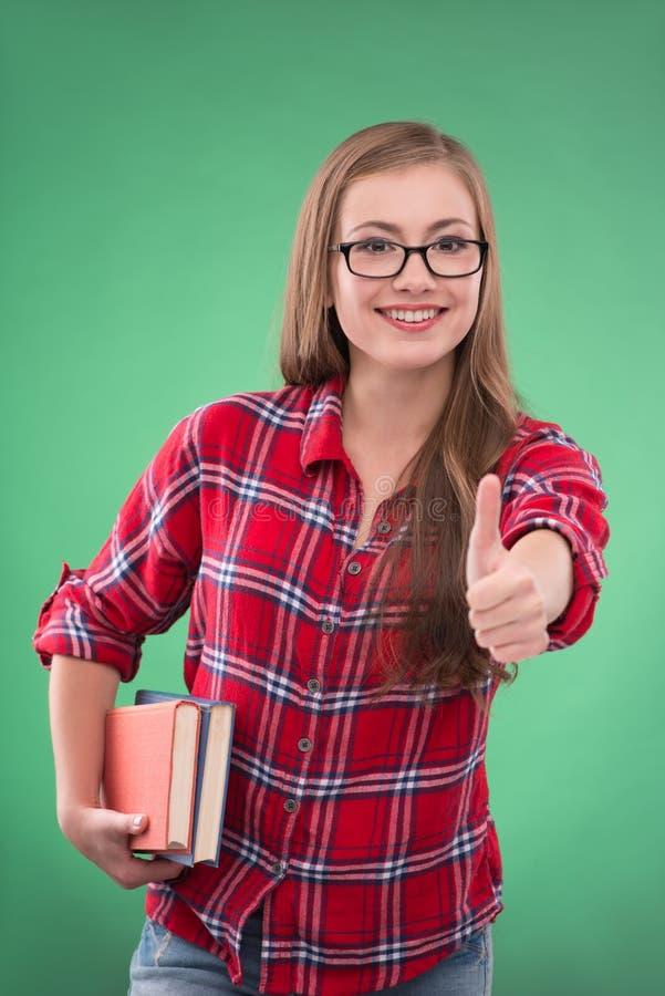 Κορίτσι σπουδαστών στο πράσινο υπόβαθρο στοκ εικόνες