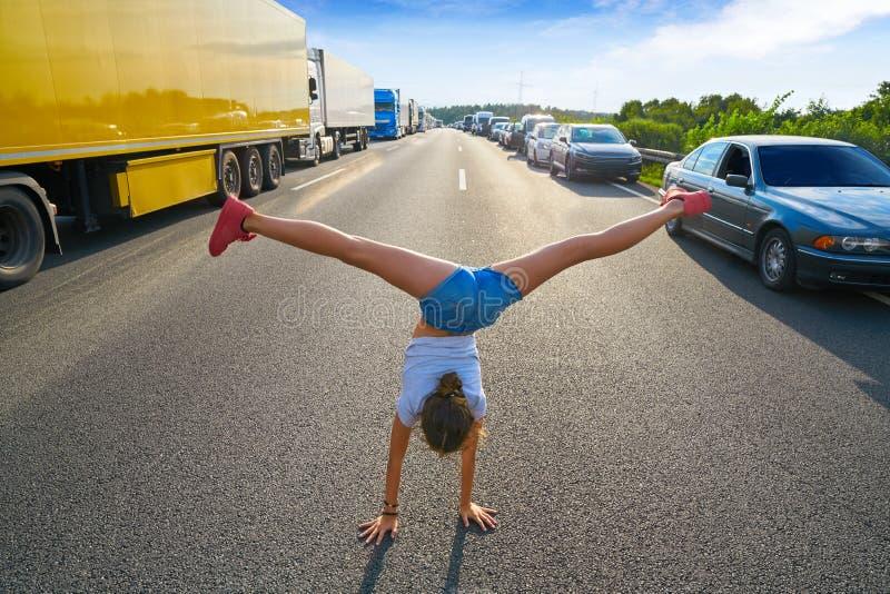 Κορίτσι στάσεων χεριών σε έναν δρόμο κυκλοφοριακής συμφόρησης στοκ φωτογραφία με δικαίωμα ελεύθερης χρήσης