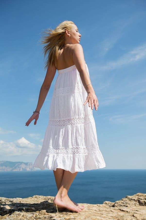 Κορίτσι στα άσπρα sundress στην ακτή στοκ εικόνες