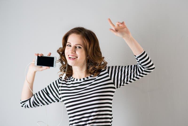 Κορίτσι στα ακουστικά που ακούει τη μουσική στοκ εικόνα