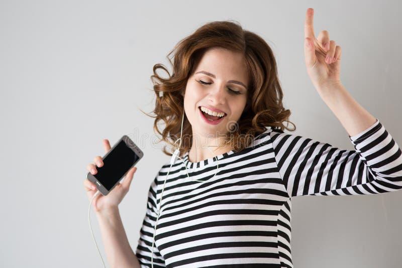Κορίτσι στα ακουστικά που ακούει τη μουσική στοκ φωτογραφίες