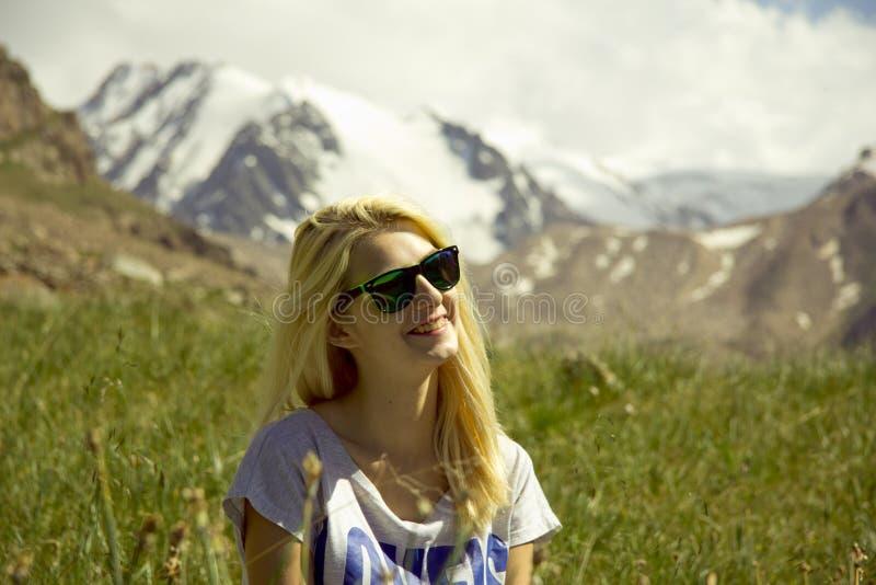 Κορίτσι στα βουνά στοκ φωτογραφία