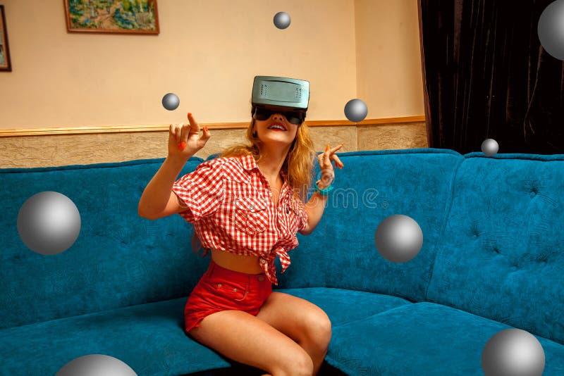 Κορίτσι στα γυαλιά εικονικής πραγματικότητας στοκ εικόνες