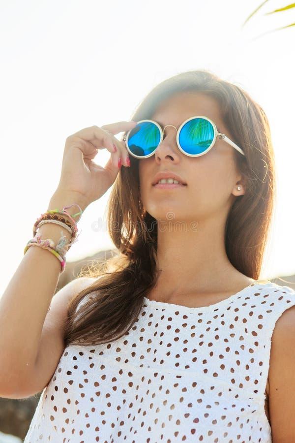 Κορίτσι στα γυαλιά ηλίου κατά τη διάρκεια του ηλιοβασιλέματος στοκ εικόνες