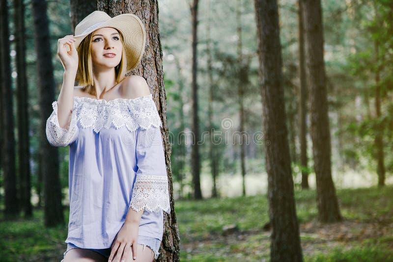 Κορίτσι στα δάση στοκ εικόνες