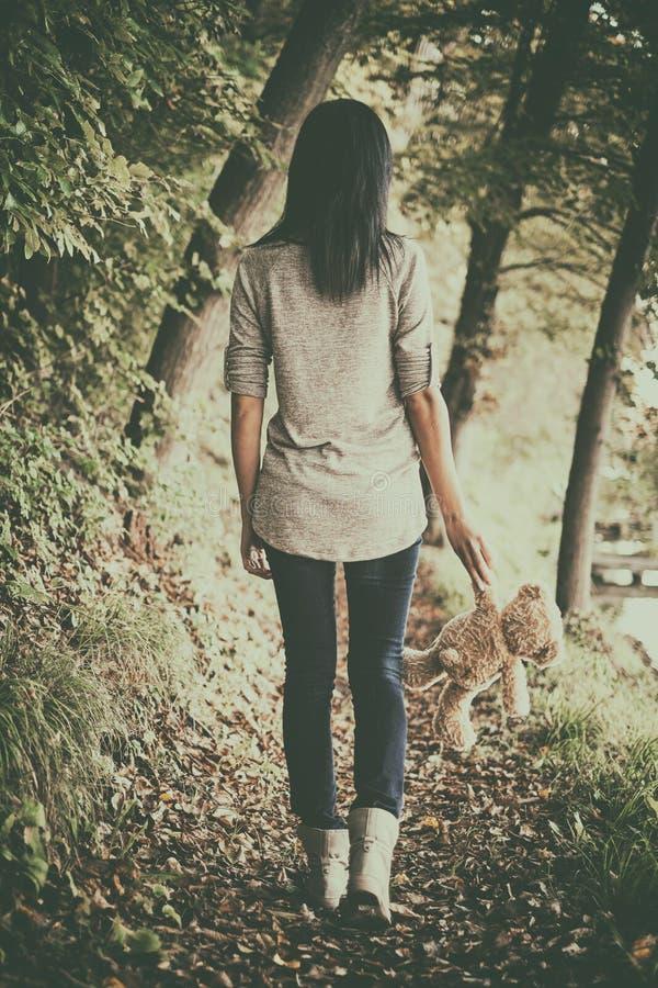 Κορίτσι στα δάση στοκ φωτογραφία
