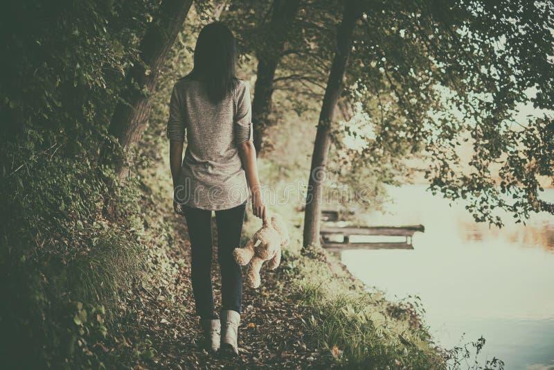Κορίτσι στα δάση στοκ φωτογραφία με δικαίωμα ελεύθερης χρήσης