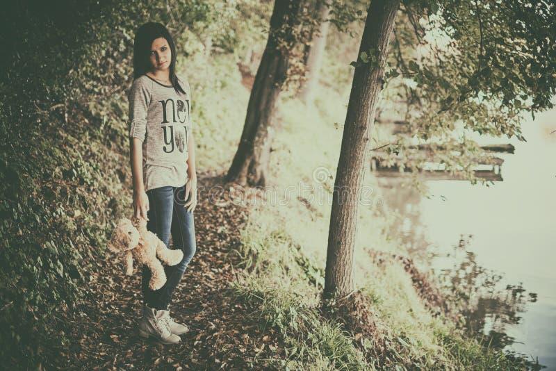Κορίτσι στα δάση στοκ εικόνα