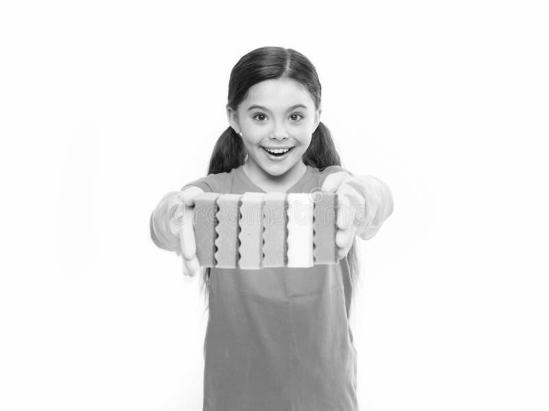 Κορίτσι στα λαστιχένια γάντια για τη λαβή καθαρισμού πολλά ζωηρόχρωμο άσπρο υπόβαθρο σφουγγαριών Καθαρός επάνω βοήθειας Εξάρτημα  στοκ φωτογραφίες με δικαίωμα ελεύθερης χρήσης