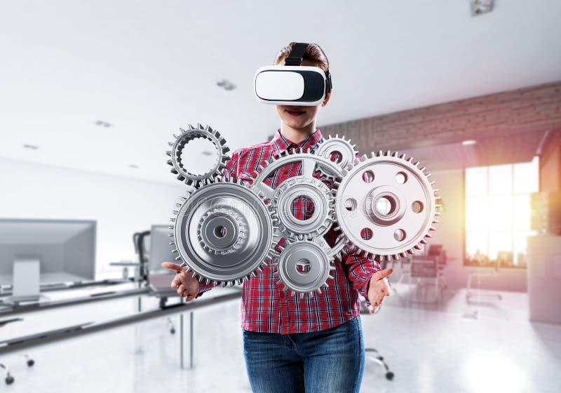 Κορίτσι στα περιστασιακά φορώντας γυαλιά και τη βίωση VR του εικονικού reali στοκ εικόνα με δικαίωμα ελεύθερης χρήσης