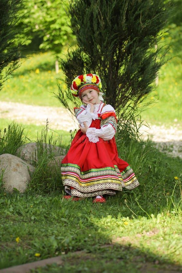Κορίτσι στα ρωσικά παραδοσιακά λαϊκά ενδύματα στοκ εικόνα