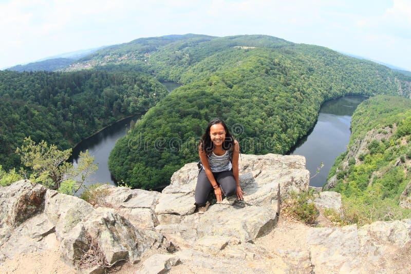 Κορίτσι στην άποψη σχετικά με τον ποταμό Vltava - Vyhlidka Maj στοκ εικόνα