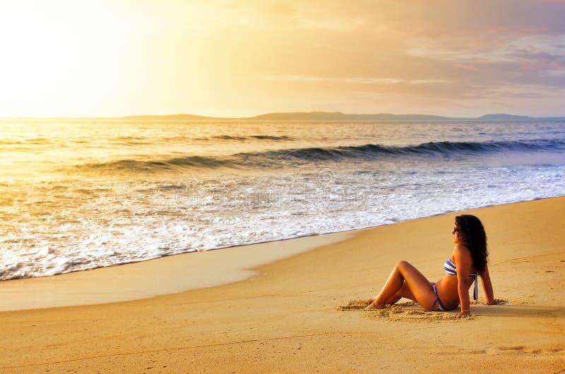 Κορίτσι στην ακτή στοκ εικόνα
