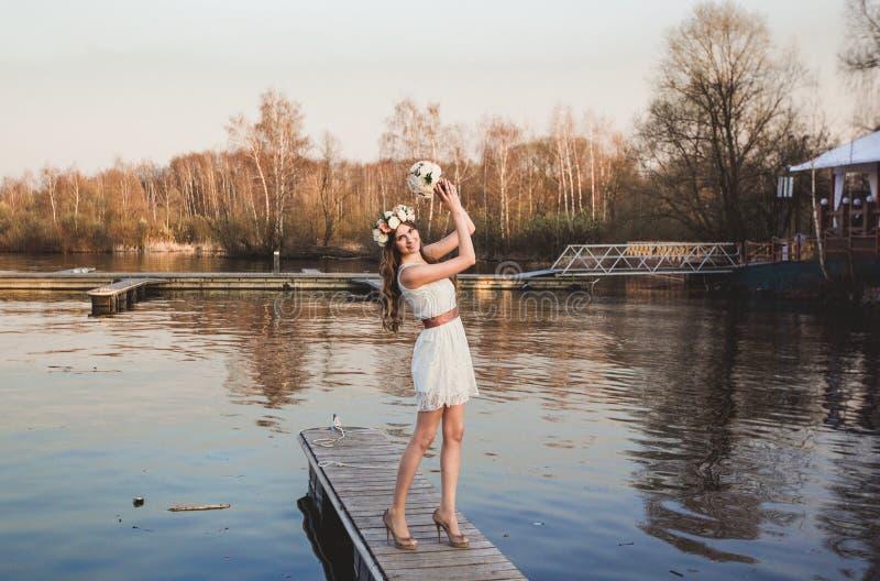 Κορίτσι στην αποβάθρα στη λίμνη στοκ φωτογραφίες