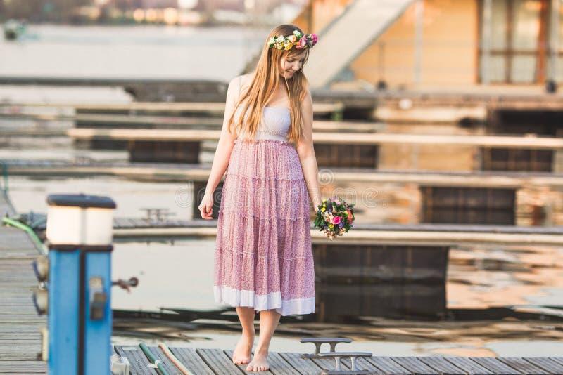 Κορίτσι στην αποβάθρα στη λίμνη στοκ εικόνες με δικαίωμα ελεύθερης χρήσης