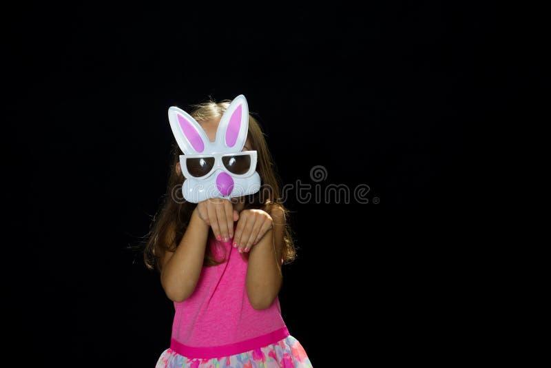 Κορίτσι στην εξάρτηση Πάσχας με το πρόσωπο κουνελιών στοκ φωτογραφία με δικαίωμα ελεύθερης χρήσης