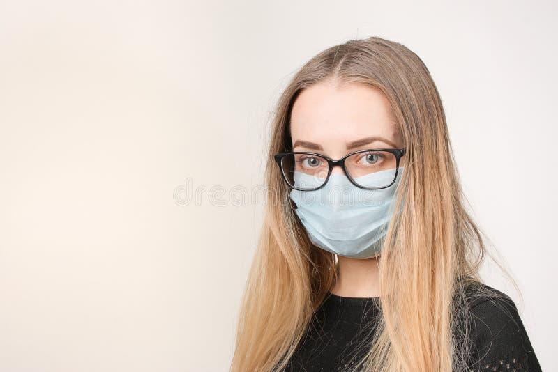 Κορίτσι στην ιατρική μάσκα με την αναπνευστική συσκευή στο άσπρο υπόβαθρο στοκ εικόνες