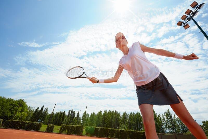 Κορίτσι στην κατάρτιση αντισφαίρισης στοκ φωτογραφίες