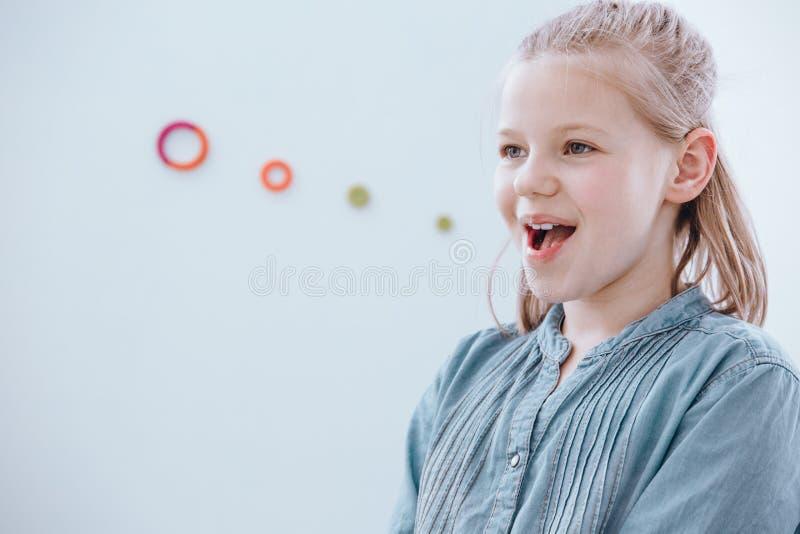 Κορίτσι στην κατηγορία λεκτικής θεραπείας στοκ εικόνες