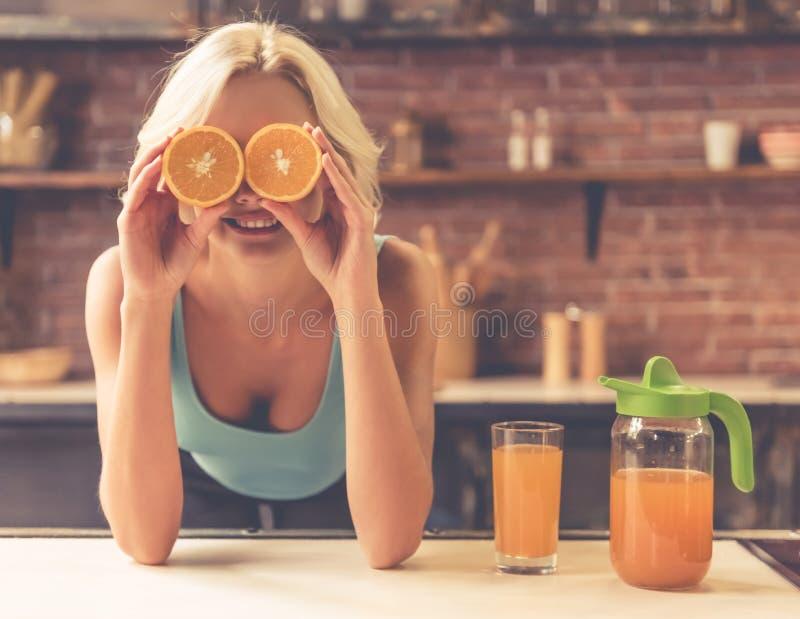 Κορίτσι στην κουζίνα στοκ φωτογραφία