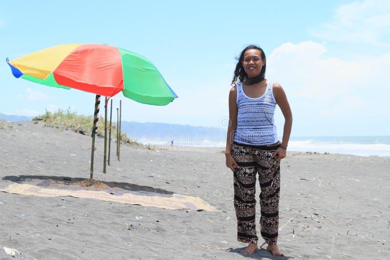 Κορίτσι στην παραλία από parasol στοκ εικόνα