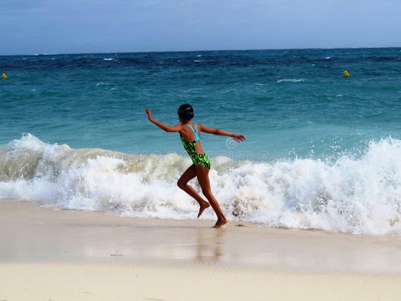 Κορίτσι στην παραλία θάλασσας στοκ εικόνα με δικαίωμα ελεύθερης χρήσης