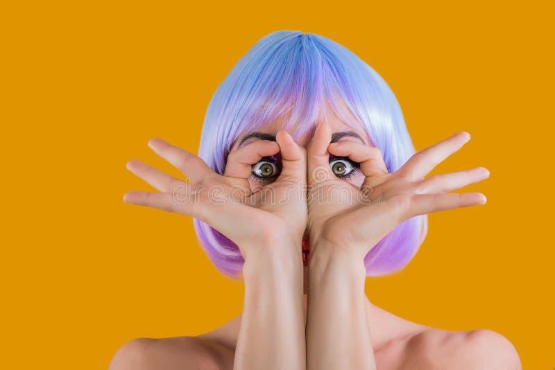 Κορίτσι στην περούκα που παρουσιάζει έκπληκτα μάτια στοκ φωτογραφία με δικαίωμα ελεύθερης χρήσης