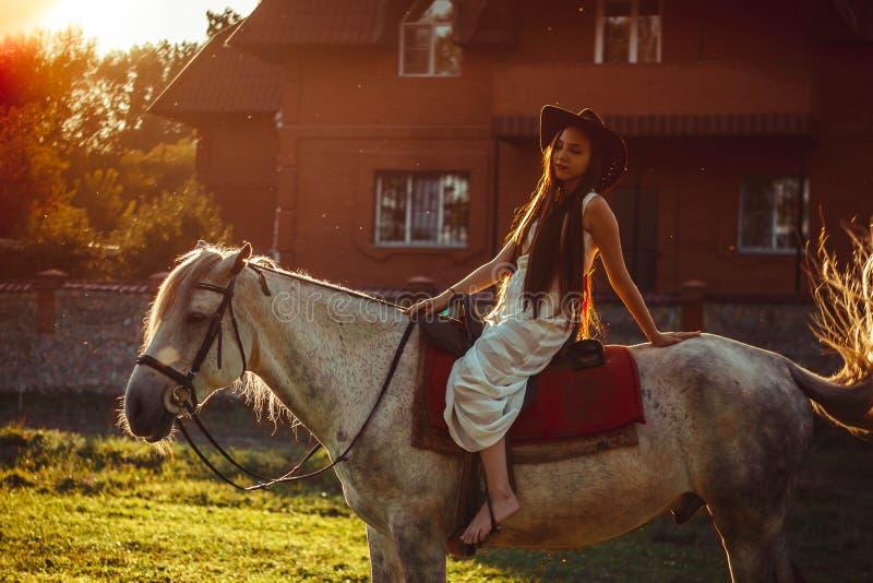 Κορίτσι στην πλάτη αλόγου στο ηλιοβασίλεμα στοκ εικόνα με δικαίωμα ελεύθερης χρήσης