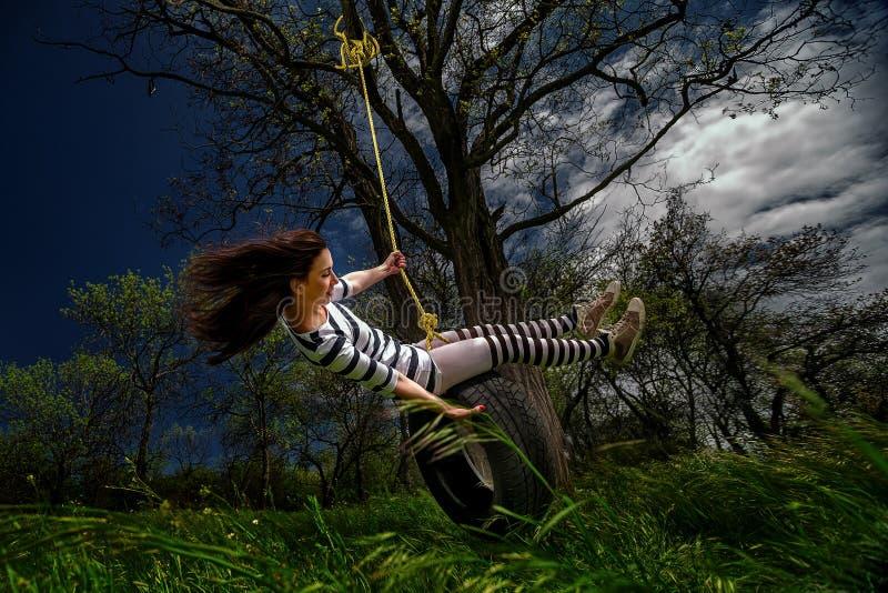 Κορίτσι στην ταλάντευση στοκ φωτογραφίες με δικαίωμα ελεύθερης χρήσης