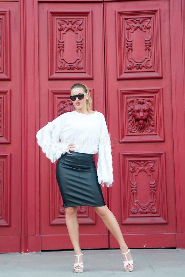 Κορίτσι στη μαύρη φούστα δέρματος, άσπρη μπλούζα στο Παρίσι, Γαλλία στοκ φωτογραφίες με δικαίωμα ελεύθερης χρήσης